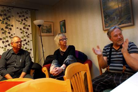 Politikerna Tom Rymoen och Elisabeth Hoikkala lyssnar på Johnny Lundgren.