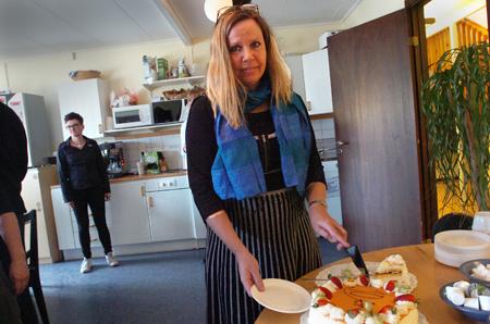 BKT-chefen Eva Jonsson hugger in på jubileumstårtan.