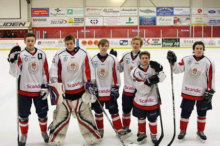 Från vänster: Filip Olofsson, Hampus Andersson, Isak Olsson, Oskar Carlsson, Dennis Lindh och Philip Desavva. På bilden saknas Max Thielebule.