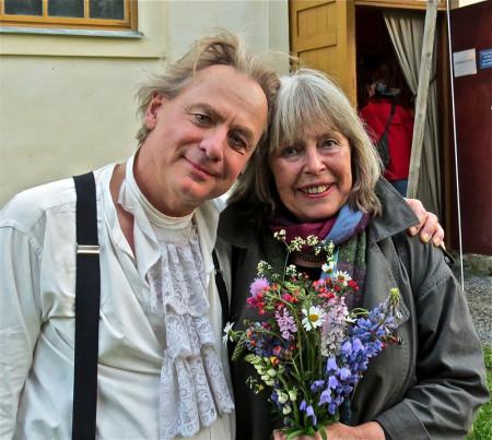 Magnus Wetterholm, teaterchef med många roller på scenen, kramar om Agneta Pleijel, nöjd författare.