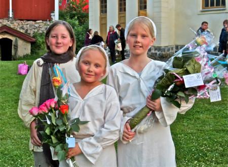 Lycklig efter föreställningen; Anton Hellberg, Lovisa Carlsson och Sara Sandberg. Och blommor har de fått.