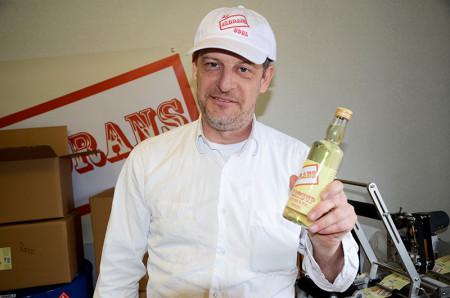 Thor Wallgren håller upp en av de första flaskorna med Jädrans matsup.