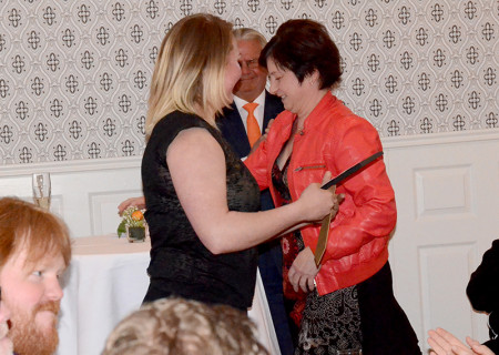 Emma Pettersson fick ta emot sitt pris av Ewa-Leena Johansson.