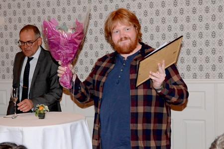 Idolvinnaren Martin Almgren tog emot sitt pris av Hans Sigge, till vänster.