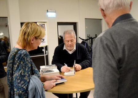 Stefan Einhorn fick signera många böcker.