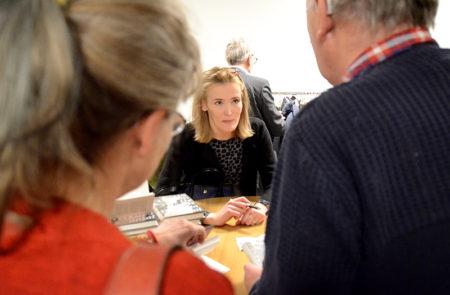 Lotta Olsson hade en ständig kö framför sitt bord i pausen.